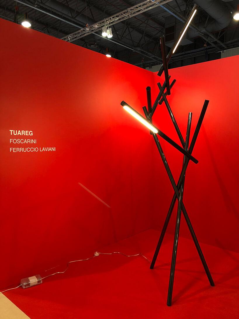 lampa zczarnych elementów złączonych ze sobą