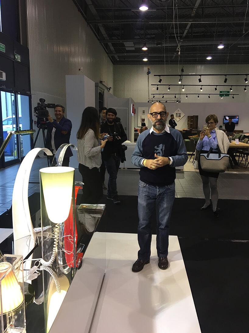 Ferruccio Laviani prezentuje lampy swojego projektu na stoisku marki Kartell