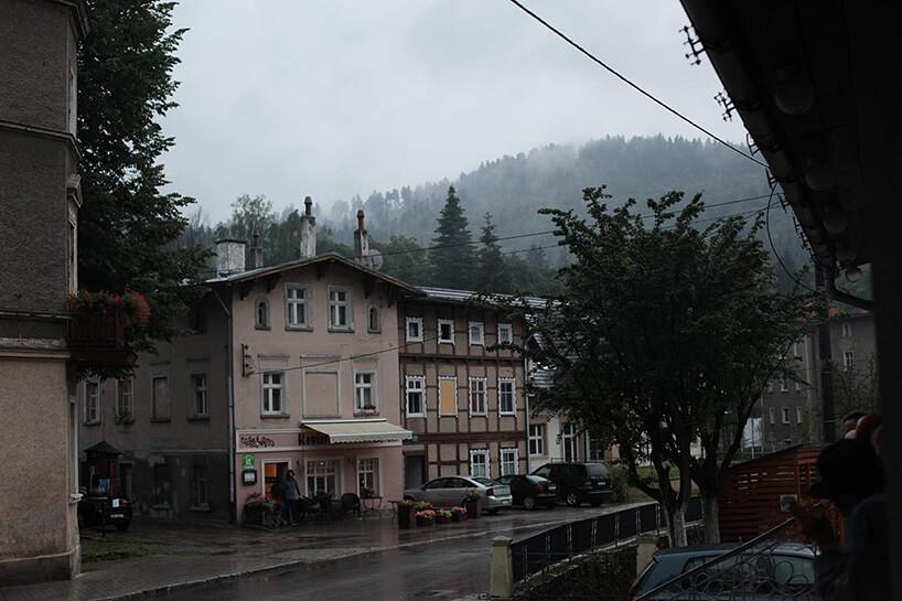 budynek wpodgórskim miasteczku