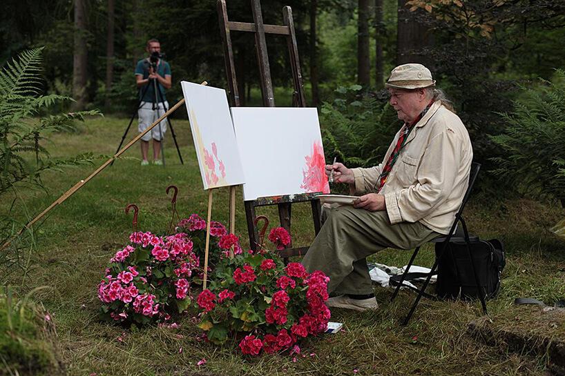 malarz rozpoczynający nowy obraz