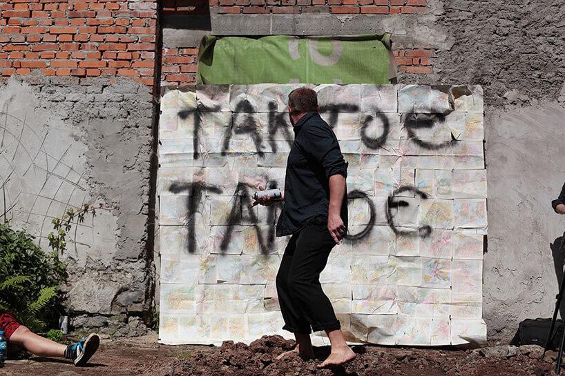 artysta malujący spray'em na mapach