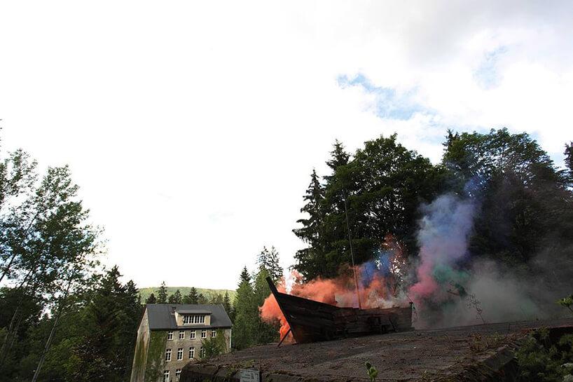 zadymiona stara łódź