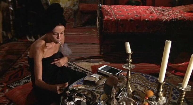 kobieta wręczniku paląca papierosa