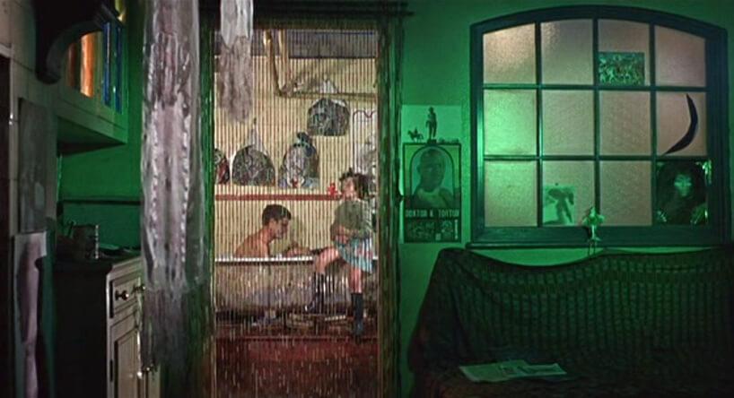 pokój zrozświetloną ścianą na zielono