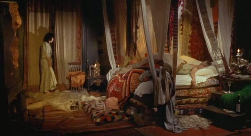 bałagan wsypialni zdużym łóżkiem
