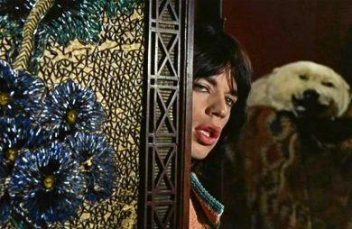 Mick Jagger wyglądający z za parawanu
