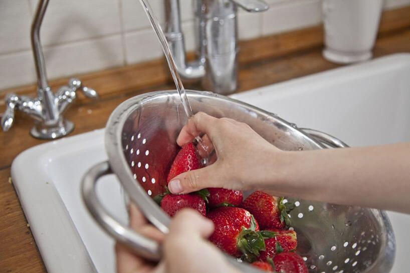 opłukiwanie truskawek pod bieżącą wodą