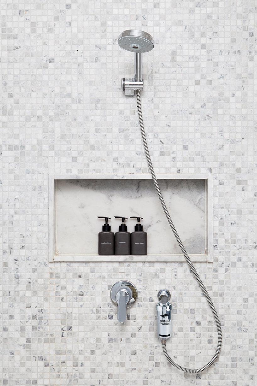 filtr do wody FITaqua zamontowany pod prysznicem
