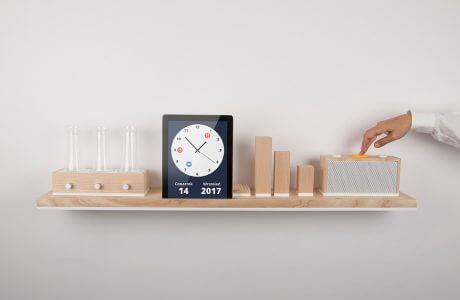 nietypowy zegarek na drewnianej półce