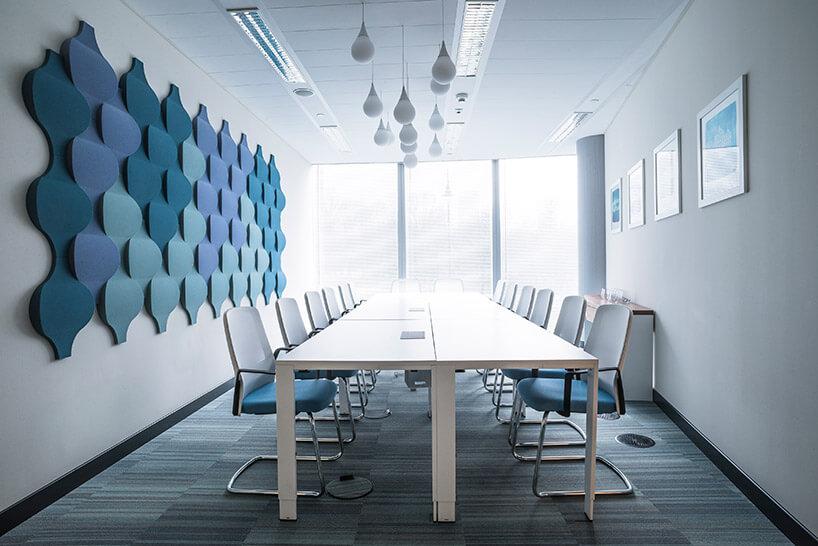 sala konferencyjna zniebieskimi panelami fluffo na ścianie