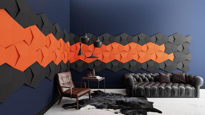 ciemne wnętrze zczarnymi ipomarańczowymi przestrzennymi panelami