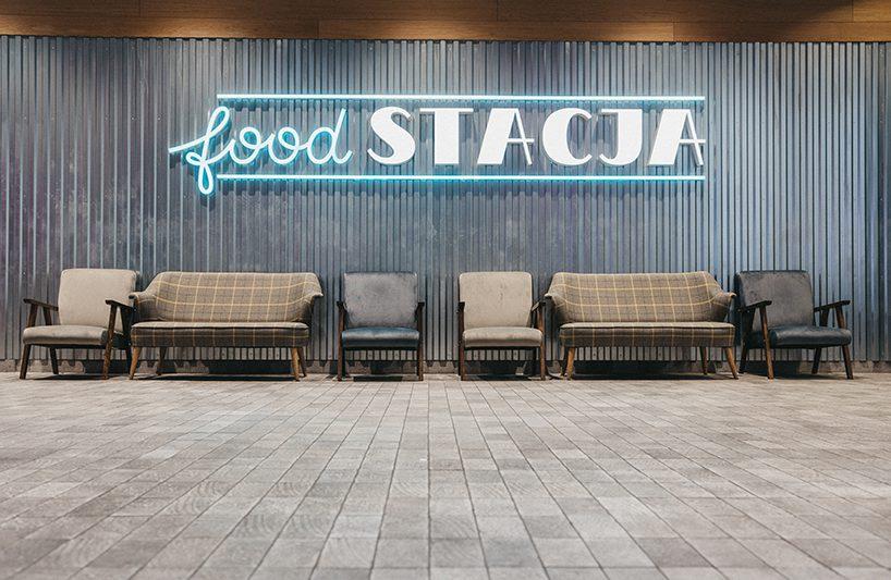 Foodstacja wPasażu Grunwaldzkim kanapy ifotele pod logotypem food stacja
