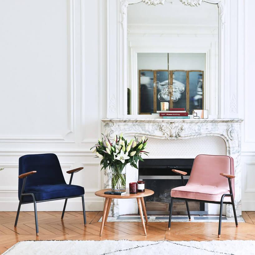 różowe krzesło przy białej ścianie ze zdobieniami