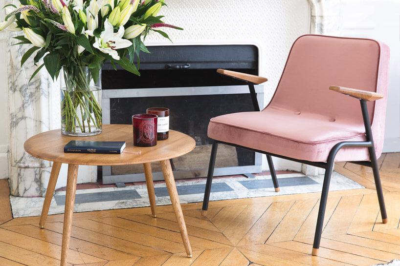 łososiowe krzesło przy małym drewnianym stoliku