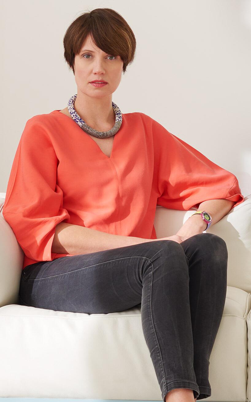kobieta wczerwonej bluzce zczarnymi spodniami