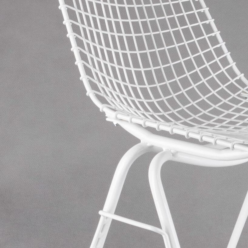białe krzesło wkrate na tle szarej ściany
