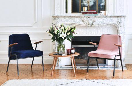 dwa nietypowe fotele w pomieszczeniu ze zdobionymi ścianami