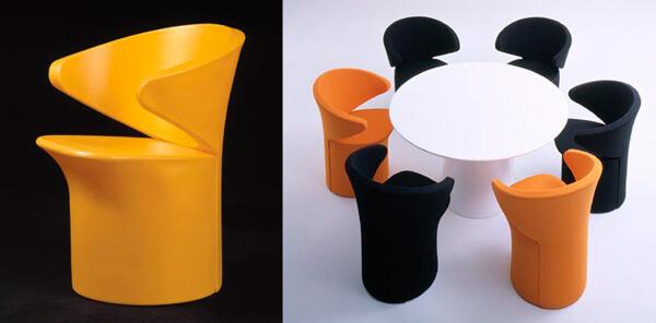 stół zkolorowymi fotelami
