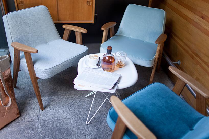 trzy fotele 366 przy małym stoliku