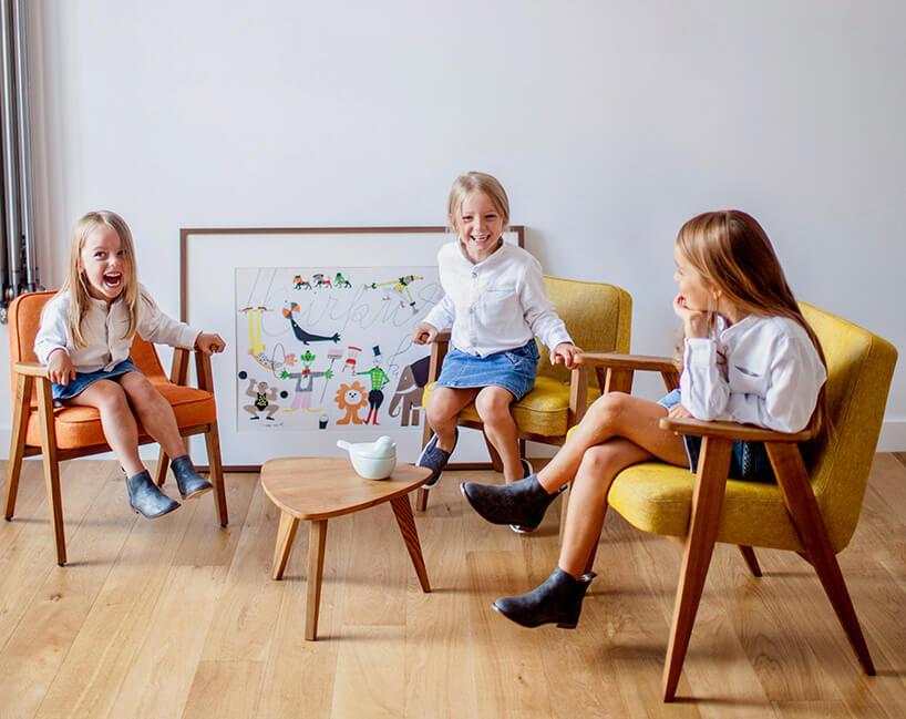 dzieci siedzące na fotelach 366
