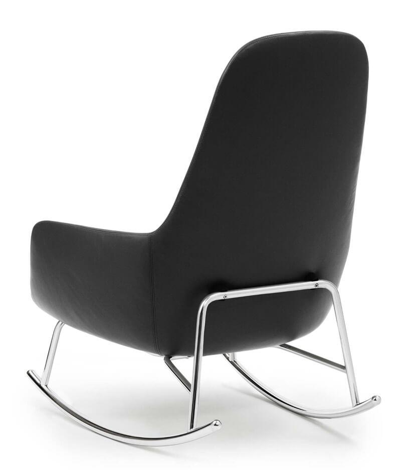 bujany fotel wczarnym kolorze na białym tle