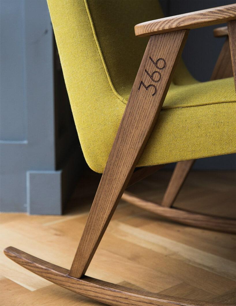 wybity numer na rączkach drewnianego bujanego fotela