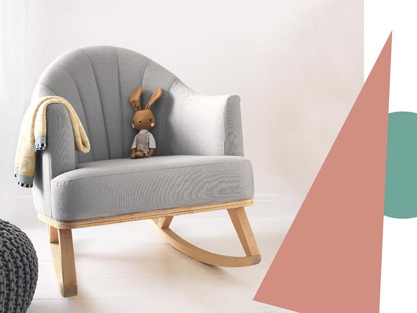 fotel zmaskotką obok różowego trójkąta