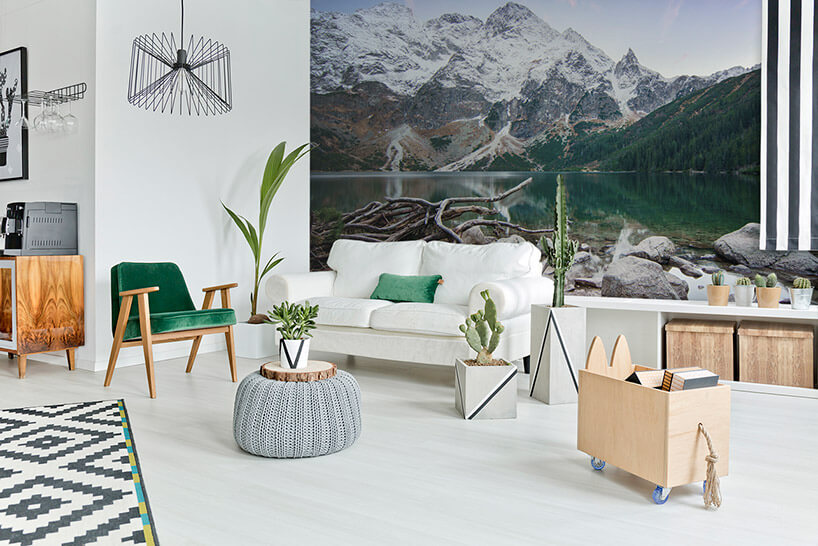 kolorowa fototapeta gór wsalonie zbiałą sofą
