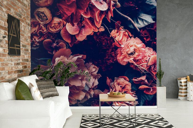 elegancki zsalon zbiałą sofą na tle fototapety zczerwonymi kwiatami od Uwalls
