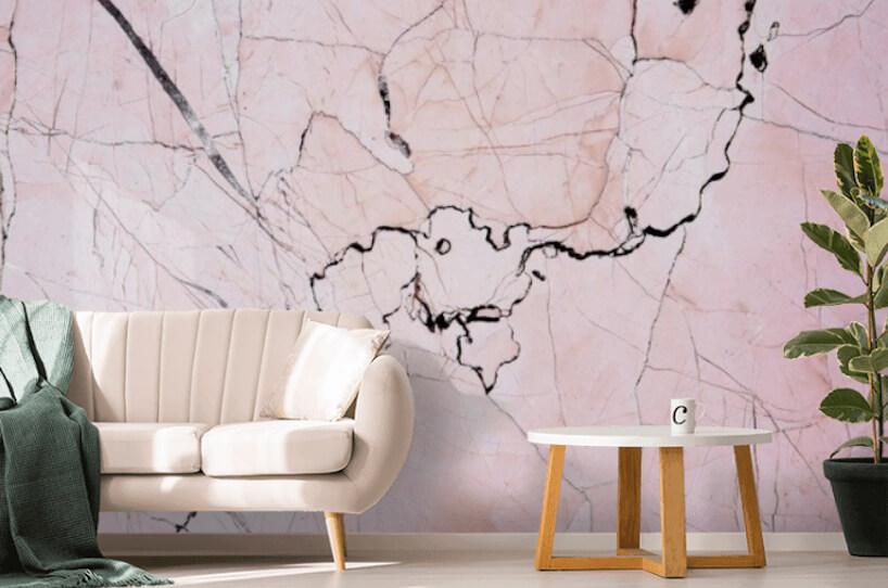 elegancka jasna sofa na tle fototapety zróżowym granitem od Uwalls