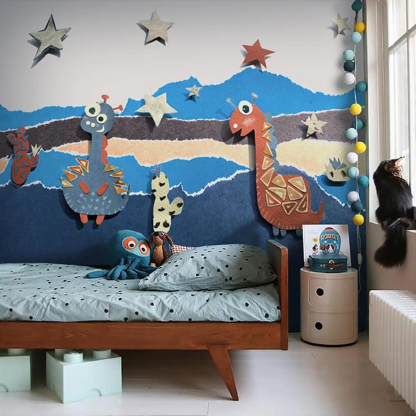 pokój dziecięcy zdrewnianym łóżkiem na tle fototapety zrysunkowymi przestrzennymi dinozaurami od Uwalls