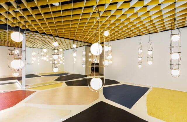 dwupunktowe wiszące lampy w open space