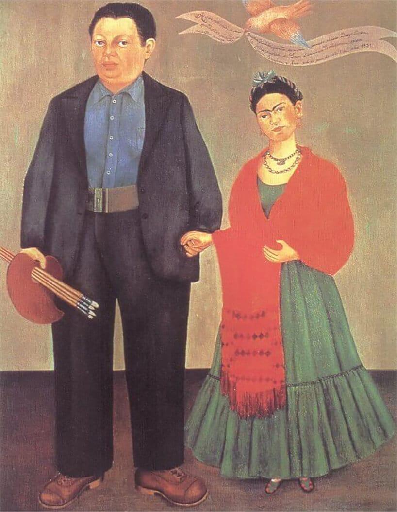 dwie postacie na obrazie na tle beżowej ścianie