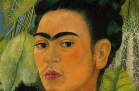 namalowana postać kobiety z czarnymi włosami