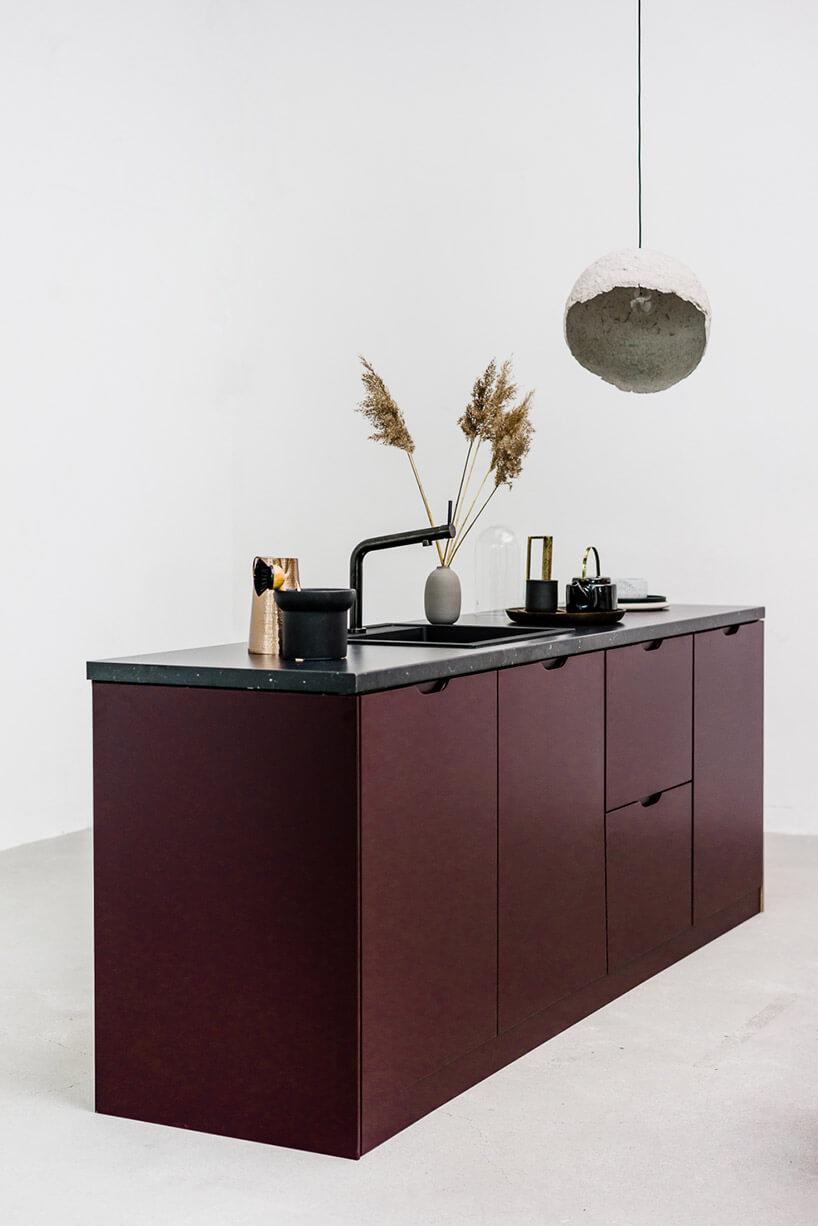 szafka kuchenna znietypowymi bordowymi frontami