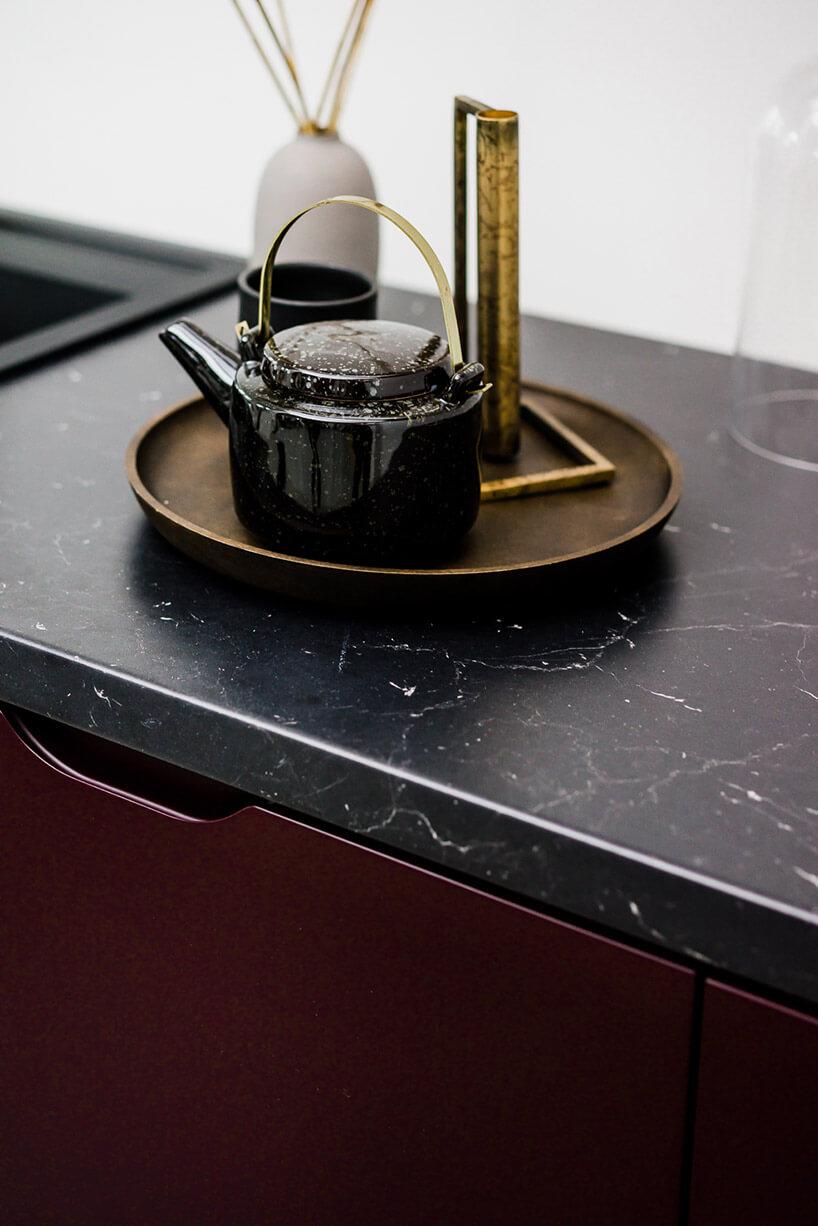 zestaw herbaciany na tacy na czarnym blacie