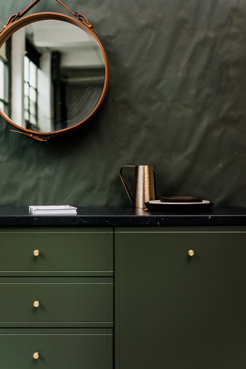zielone front komody na tle zielonej ściany