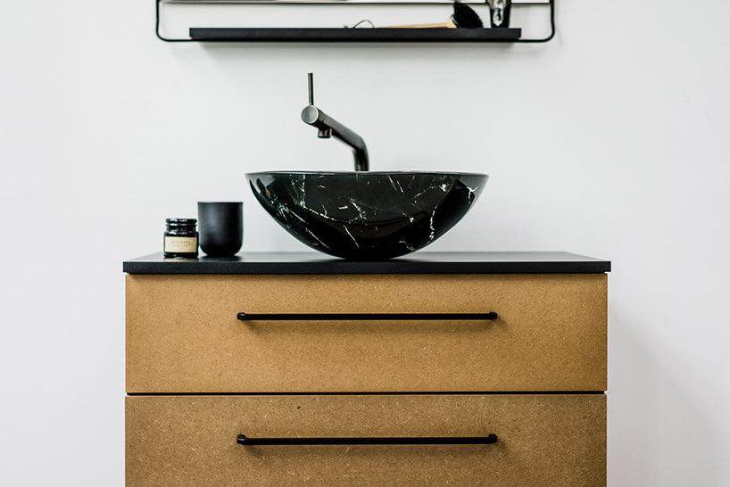 szafka łazienkowa zwolnostojącą czarną umywalką