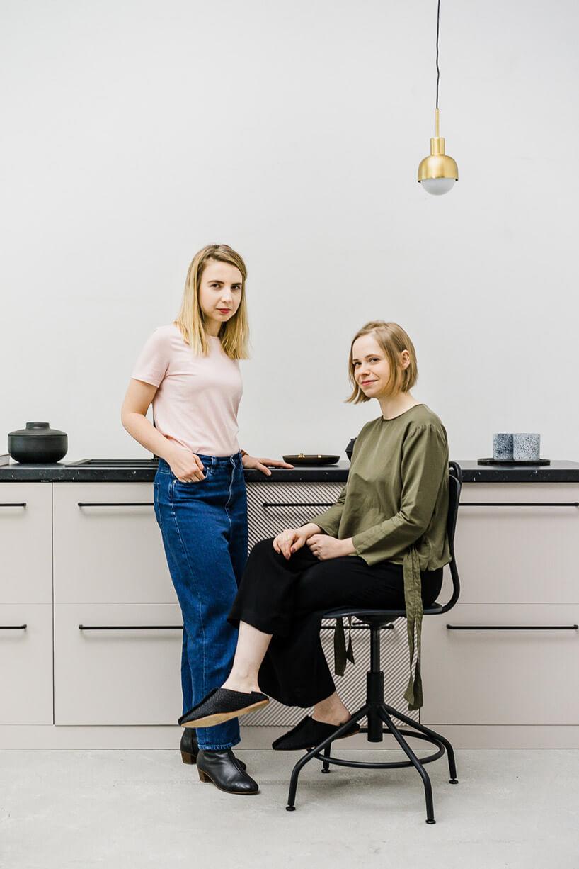 dwie kobiety na tle białych frontów szafki