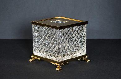 kryształowy pojemnik na waciki ze złotymi wykończeniami