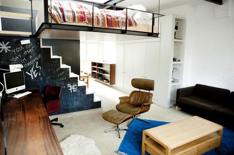 nowoczesny salon ze starymi dodatkami