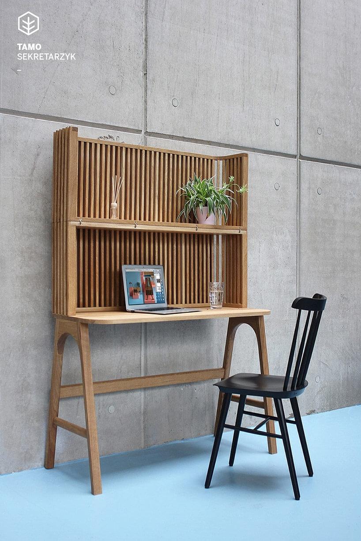 jasno brązowy sekretarzyk iczarne drewniane krzesło