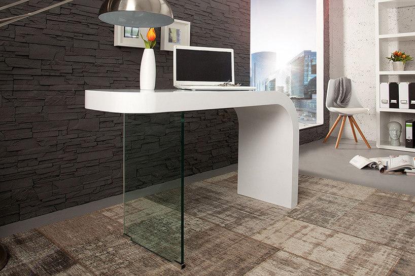 białe biurko zszybą zamiast nogi
