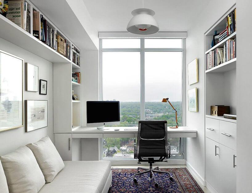 białe biurko przed panoramicznym oknem