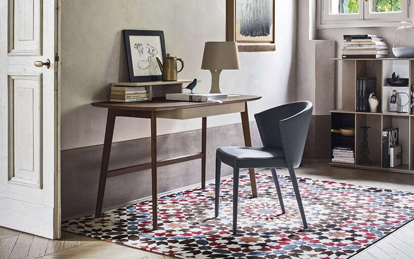 proste małe biurko drewniane iszare krzesło