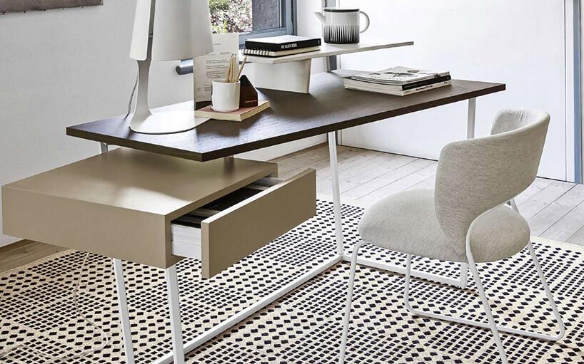 białe krzesło przy prostym biurku zbrązowym blatem