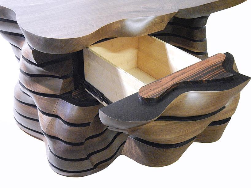 szuflada wdużej drewnianej komodzie