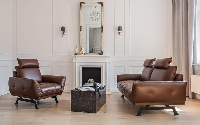 skórzany brązowy zestaw wypoczynkowy wsalonie urządzonym wstylu klasycznym