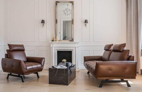 skórzany brązowy zestaw wypoczynkowy w salonie urządzonym w stylu klasycznym