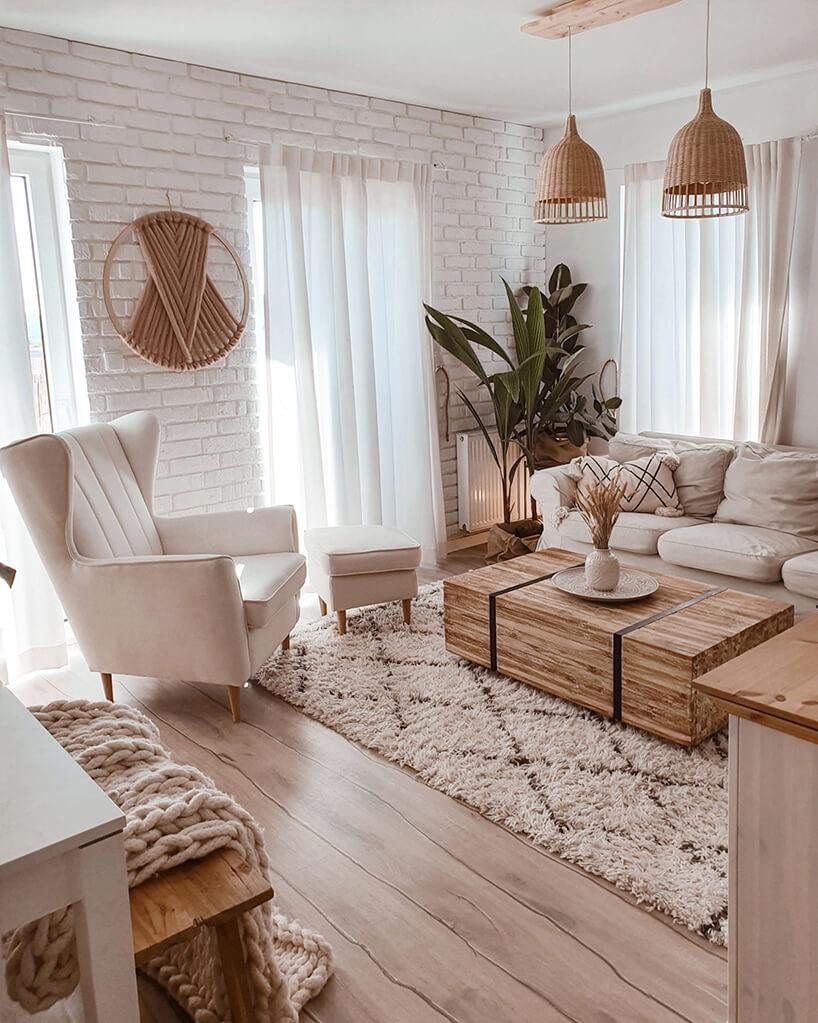 biały fotel Fido od Gala Collezione waranżacji białego salonu zbiałą cegłą na ścianie zelegancką drewnianą podłoga zdługich desek